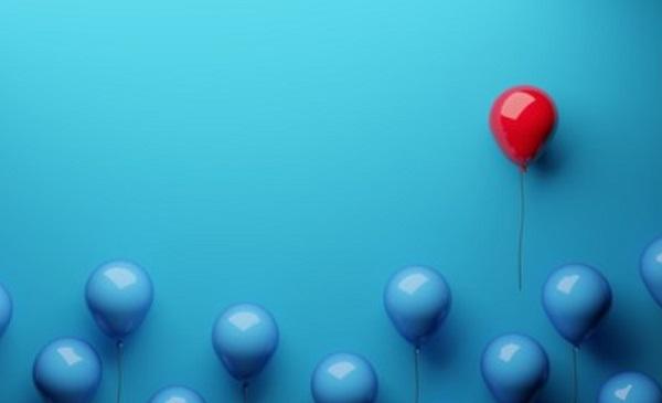 Синие надувные шары и один красный