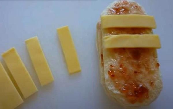 Выкладывание кусочков сыра