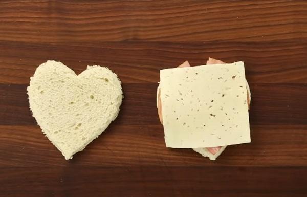 Выкладывание на хлеб твердого сыра