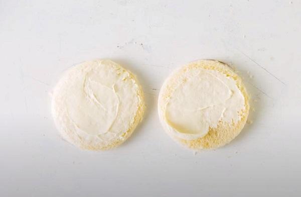 Намазывание кружочков мягким сыром