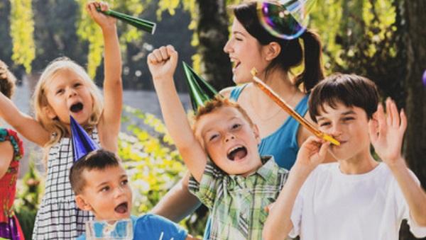 Дети веселятся на улице