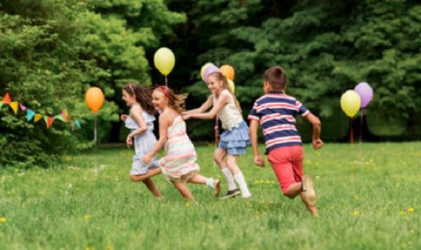 Дети бегают на природе