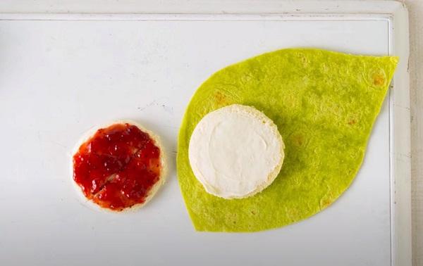 Выкладывание кусочка хлеба на лист лаваша