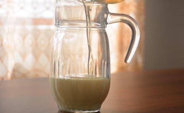 Добавление растворенного желатина в емкость со сгущенным молоком