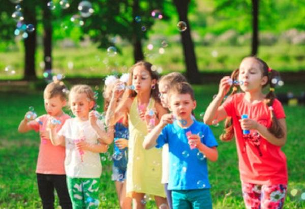 Дети надувают мыльные пузыри