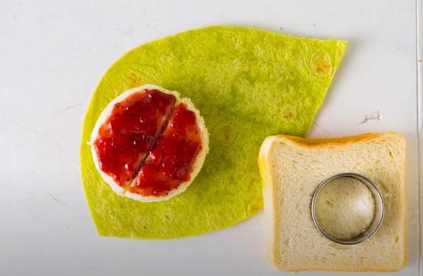 Вырезание кружочка из хлеба