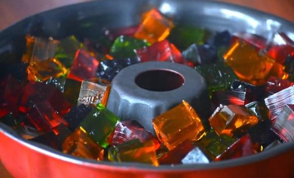 Выкладывание кубиков желе в форму