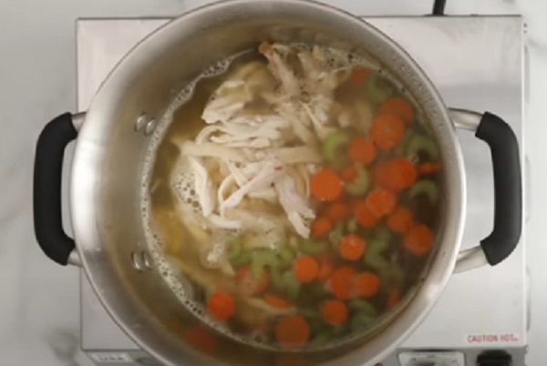 Добавление курицы в кастрюлю с супом