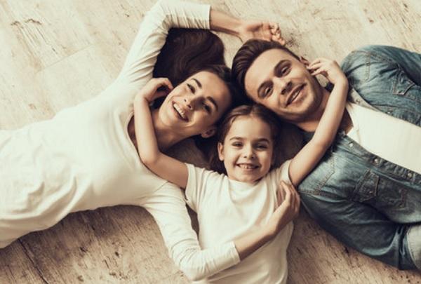 Счастливая девочка и родители