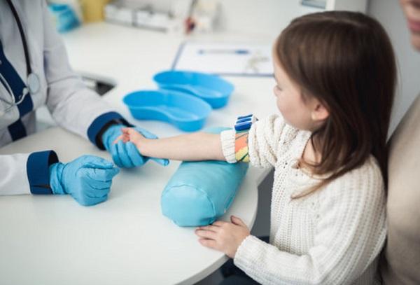 У ребенка берут анализ крови