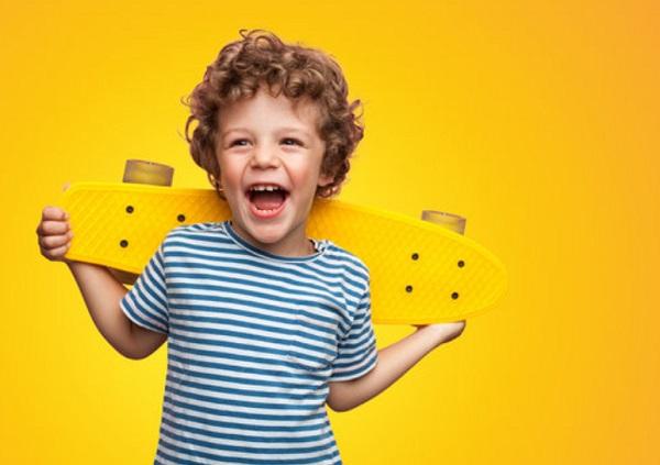 Счастливый мальчик со скейтом