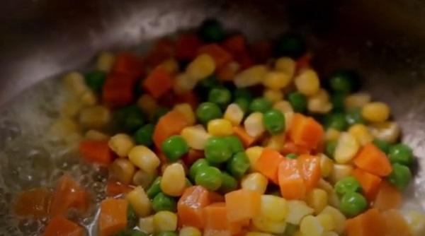 Добавление смеси овощей