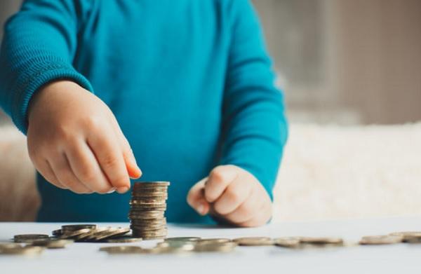 Ребенок пересчитывает монеты