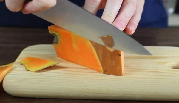 Срезание кожуры с тыквы