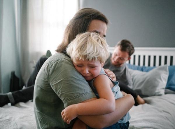 Мама обнимает плачущего ребенка